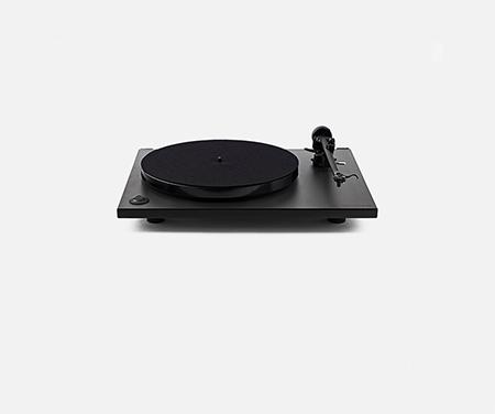 复古黑色现代唱片机